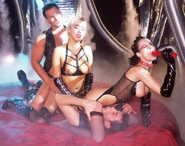Private  porn video: Michelle Wild und Carmen teilen sich zwei Männer bei Fetisch-Party