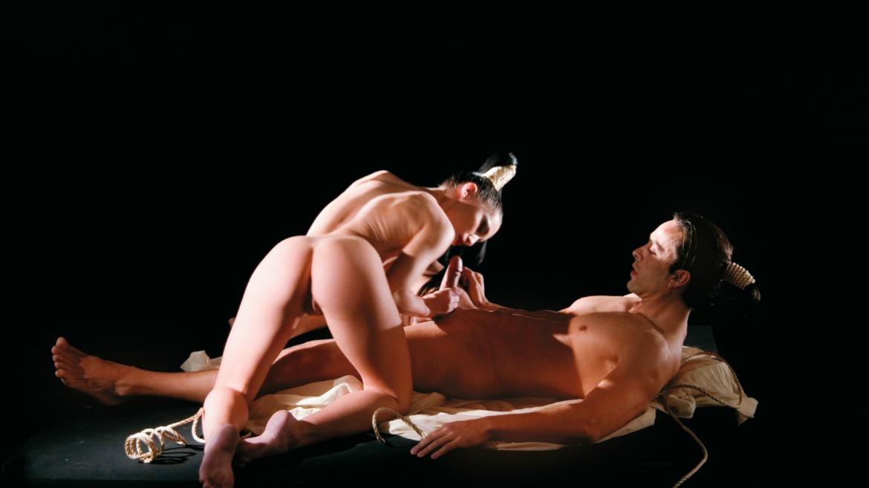Mya Diamond, musa oriental practica la Kopula y entre sombras recibe una corrida facial