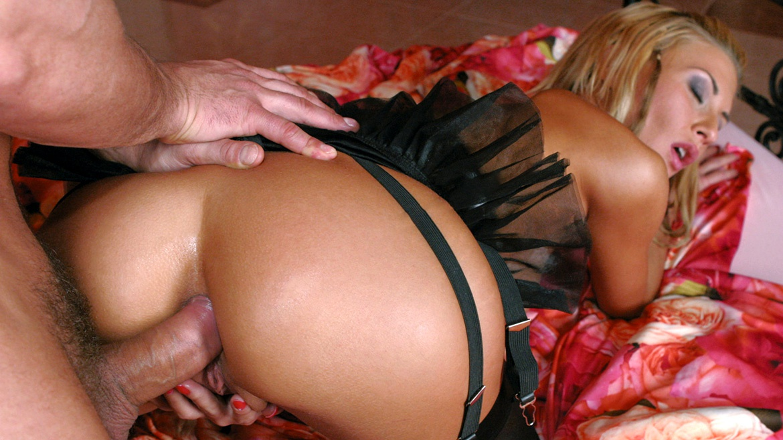Lisa Rose, une blonde accroc au sexe anal!
