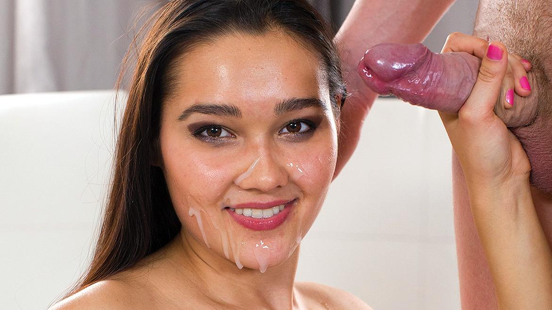 Teen Babe Dolce Vita reitet feucht und fröhlich ihre Muschi