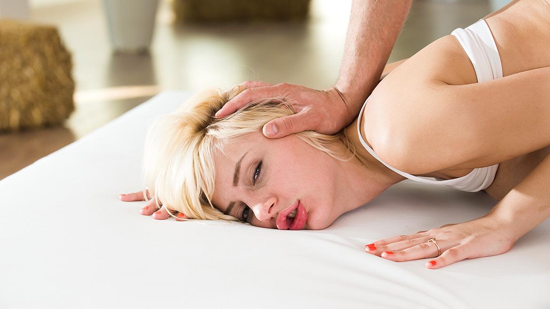 Yogagirl Nina Blanco wird eine saftige Ladung Sperma ins Gesicht gespritzt