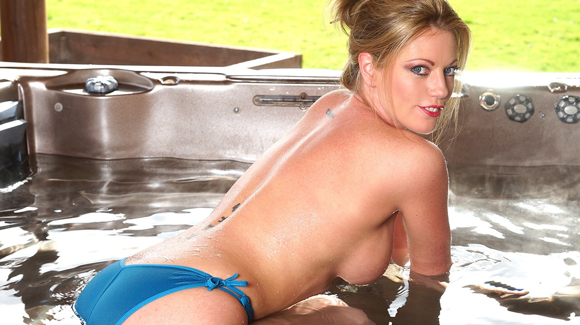 Blonde Milf Holly Kiss wird wild im Jacuzzi genagelt