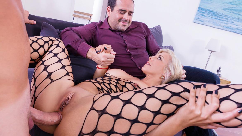 Nikyta, la MILF disfruta del anal a ojos de su marido