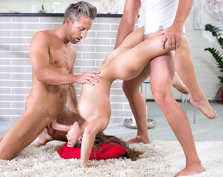 Private HD porn video: Eveline Darling bekommt DP in Yoga Stunde
