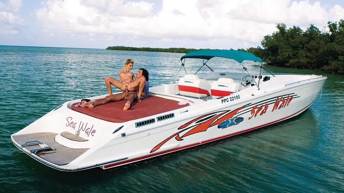 Chloe in een boot met twee kerels die van wanten weten