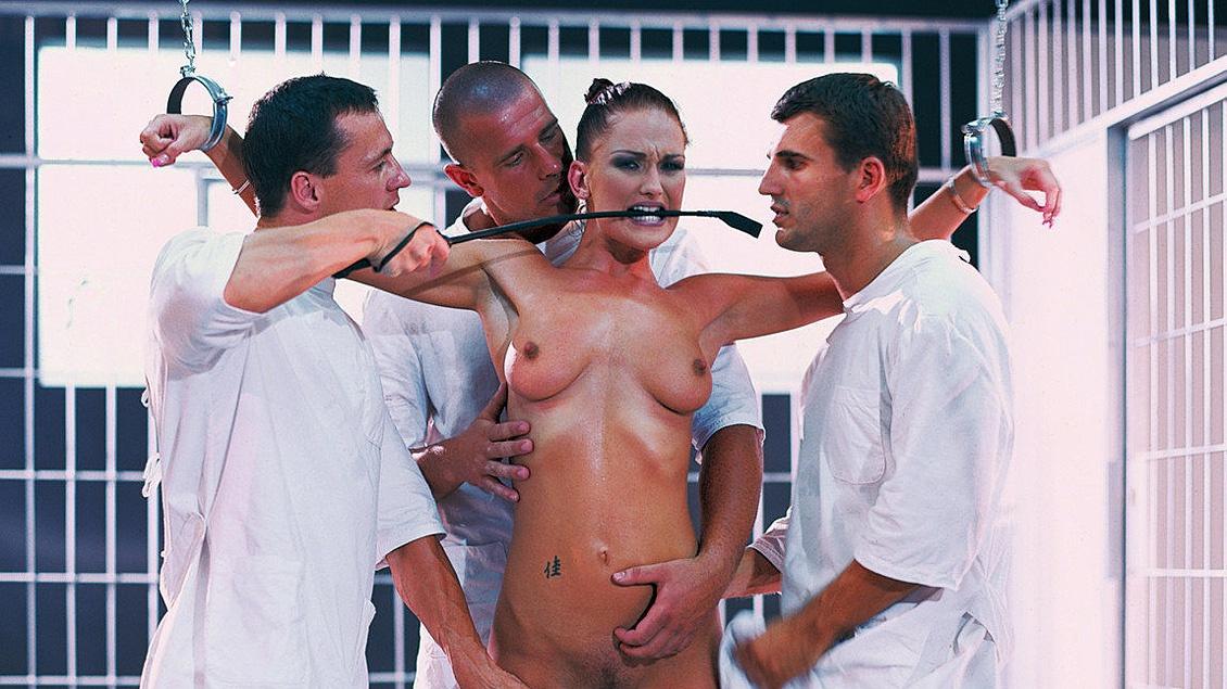 Como a Donna le gusta el sexo duro, estos 3 tíos se la follan por todos los orificios de su cuerpo