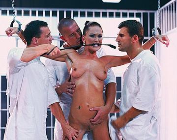 Private  porn video: Como a Donna le gusta el sexo duro, estos 3 tíos se la follan por todos los orificios de su cuerpo