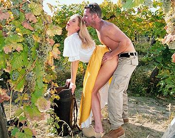 Private  porn video: Daniela arbeitet auf dem Weinberg und leckt einen Schwanz und lässt sich in den Arsch ficken