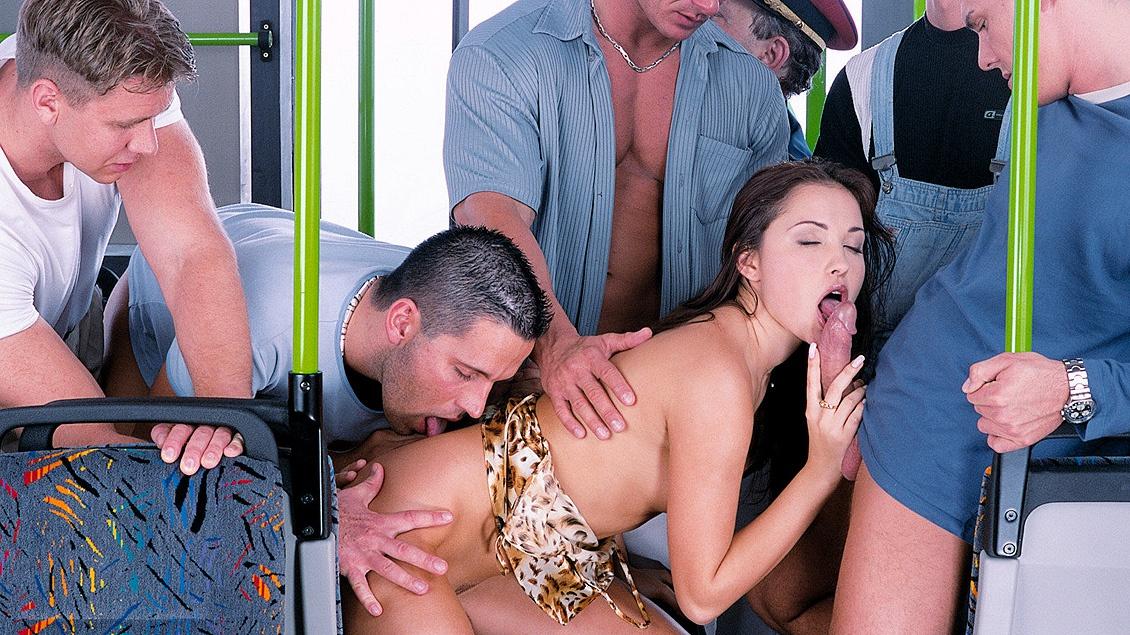 Alexa May se pajea mientras con un gang bang fantasea