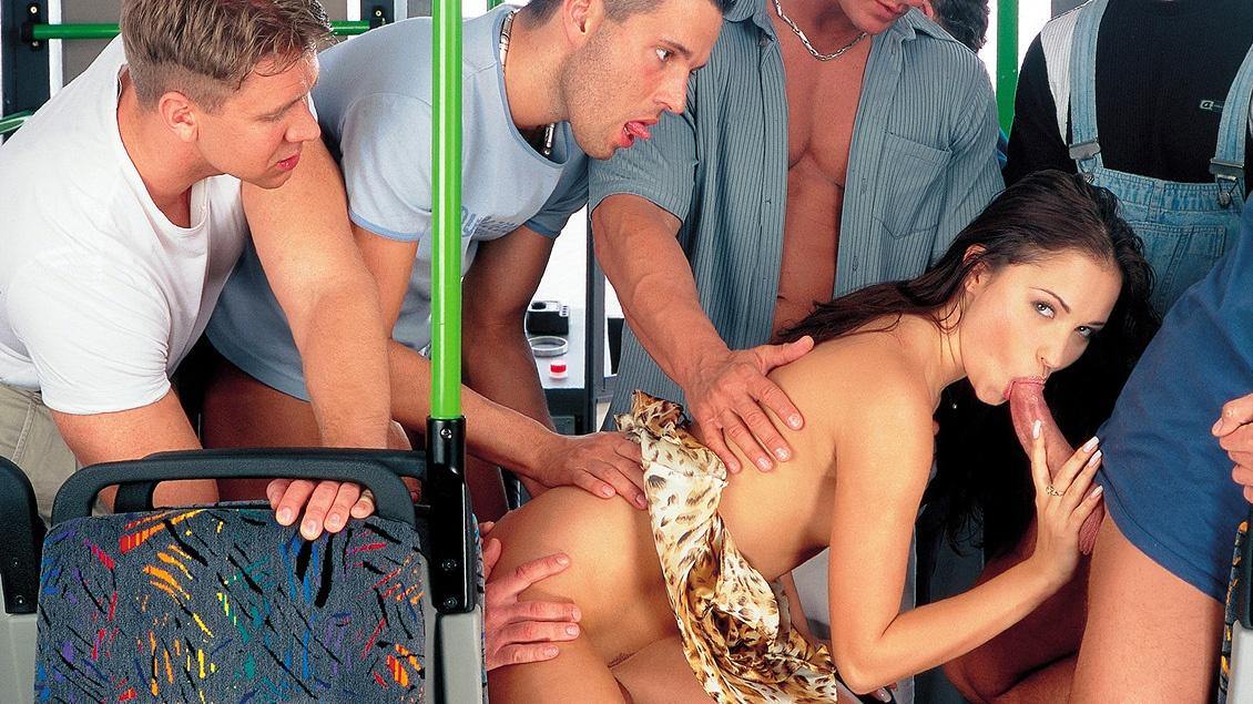 Die geile Asiatin Kaylani Lei wird von einem dicken Schwanz hart in Muschi und Arsch gefickt