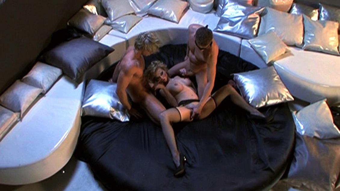 Tarra White gaat voor een snoer zaadparels voor twee mannen op haar rug