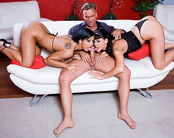 Private HD porn video: Kyra Black, Simony Diamond en Zuleidy schitteren in deze geile orgie in de huiskamer