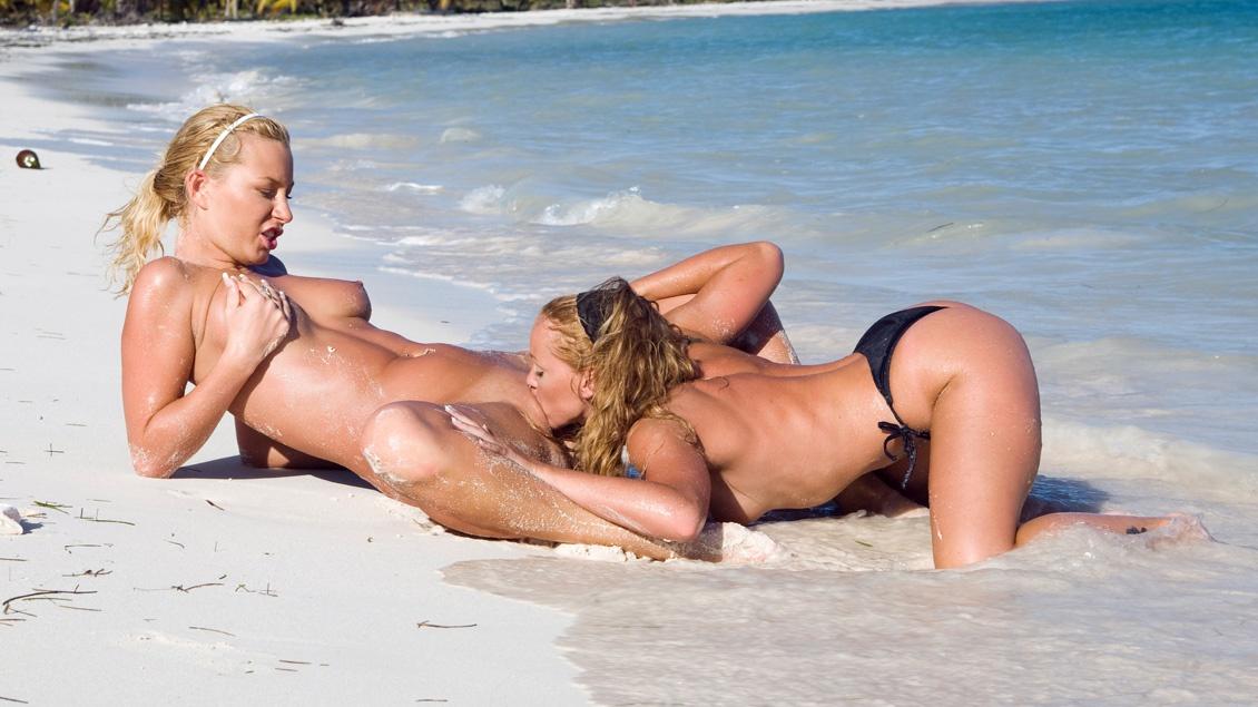 Blonde Angelina Love en Kathy Campbel hebben wilde lesbische sex op het strand