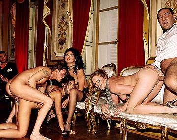 Private  porn video: Anstatt eines Dinners bekommen Electra und Katy ein dickes Stück Fleisch in Ihre Löcher