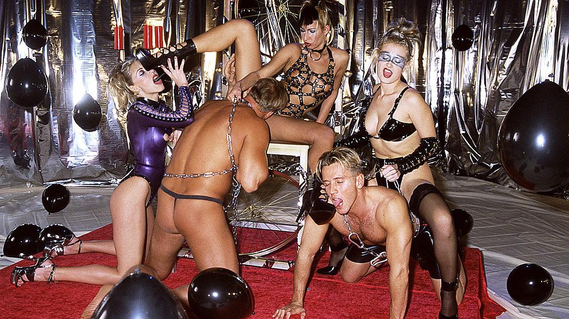 Blond Panni et Nikol jouent avec Sophie Evans dans une orgie BDSM