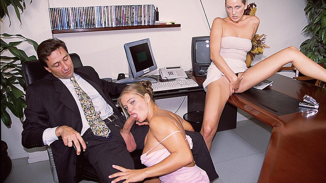 Mandy y Rita se follan a su jefe en la oficina