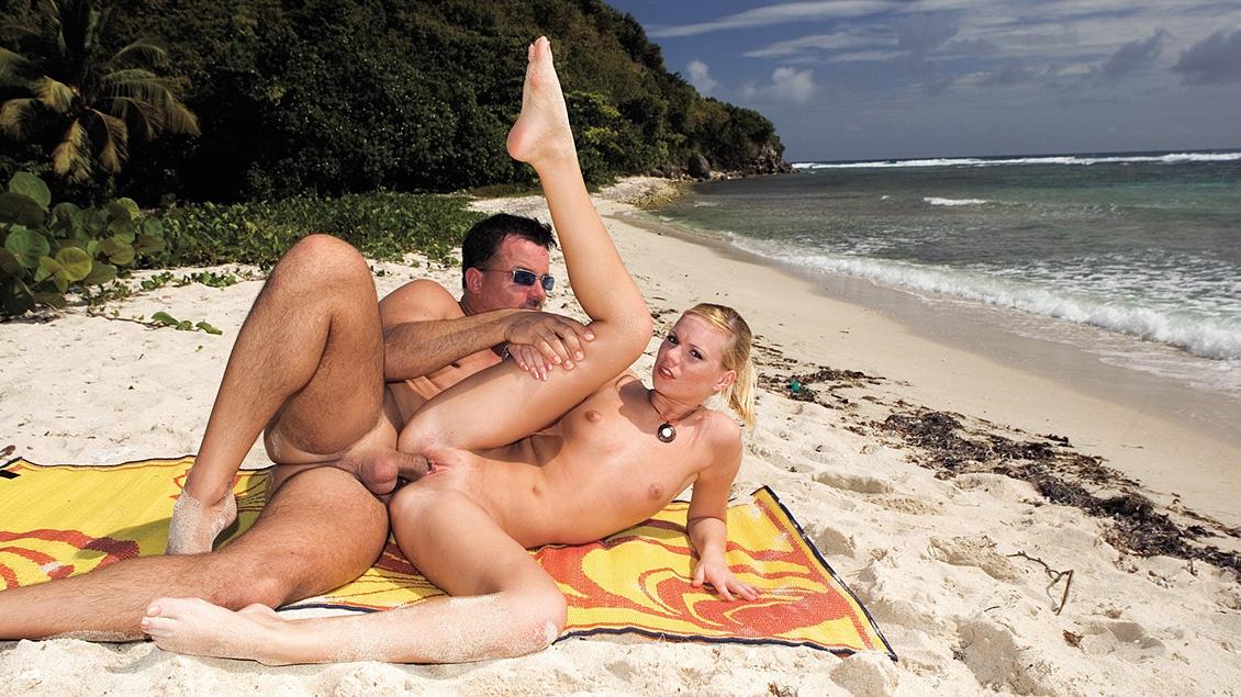 Yasmine Gold Masturbates While Having Her Asshole Drilled on a Beach