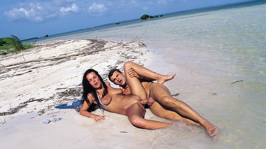 Melody Magic. El culo de la morenaza en la playa tropical, sabrá de que va eso del sexo anal