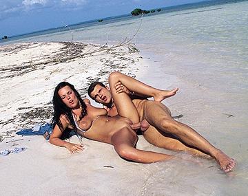 Private  porn video: Brunette Molody Magic is op het strand waar haar kut en anus geneukt worden voor cumshot