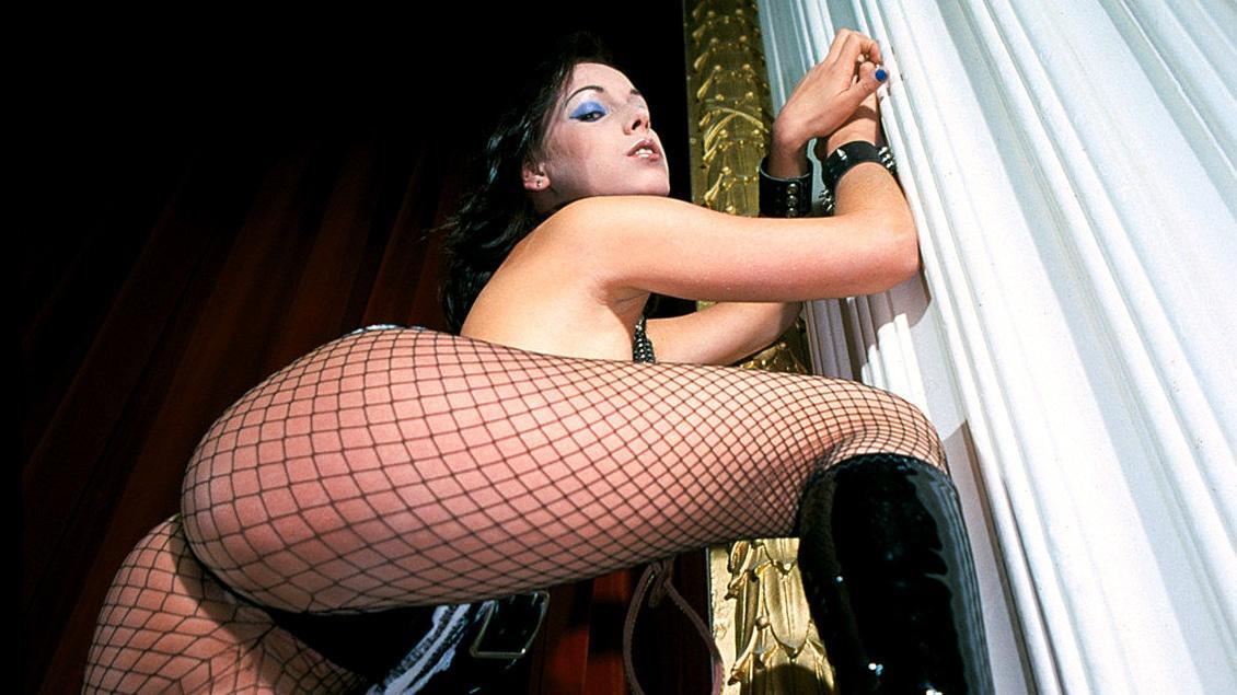 Rita Neri, gatita con medias de rejilla y botas de cuero le va el tema por los dos agujeros