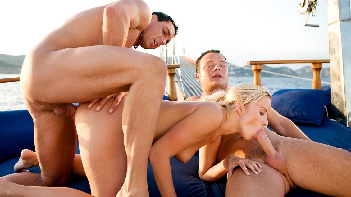 Cindy Dollar wird von zwei Typen auf einem Boot in den Arsch gefickt und besamt