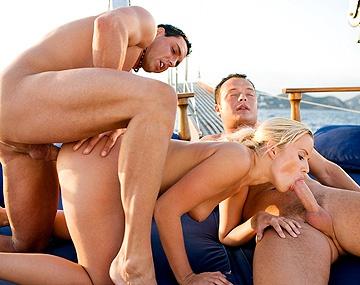 Private  porn video: Séance anale sur un bateau pour Cindy Dollar qui se prend deux belles éjacs faciales