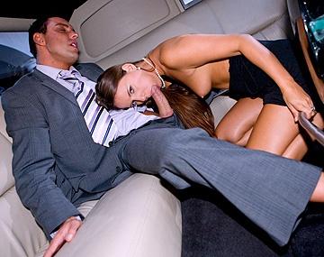 Private  porn video: Dans une limousine, Claudia Rossi suce un homme riche qui répand généreusement sa semence sur elle