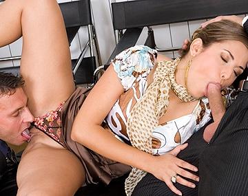 Private HD porn video: Regina Ice, superatractiva directiva de una multinacional cierra pactos con DP's y sexo anal