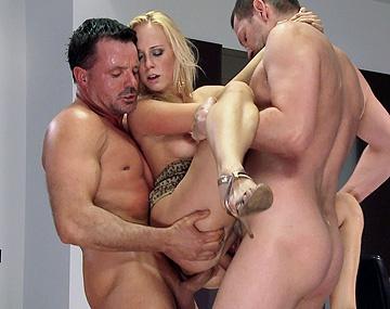 Private HD porn video: Nach Ihrem Liebesdrink ist Carla so geil, dass sie sich von zwei dicken Schwänzen durchficken lässt