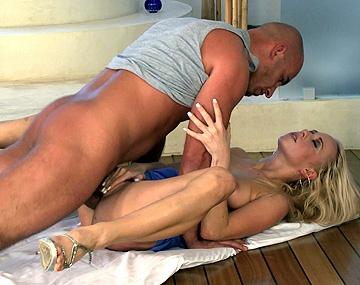 Private HD porn video: Von Ihrer neuen Bekanntschaft lässt sich Aliz den dicken Pimmel knallhart in den Arsch rammen