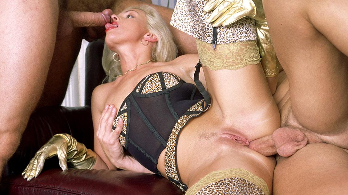 Christina Est Une Incroyable Blonde Qui Peut Baiser Tout En Suçant Deux Autres Queues