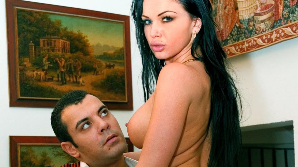 Cristina se fait choper alors qu'elle prend des photos dans une propriété privée