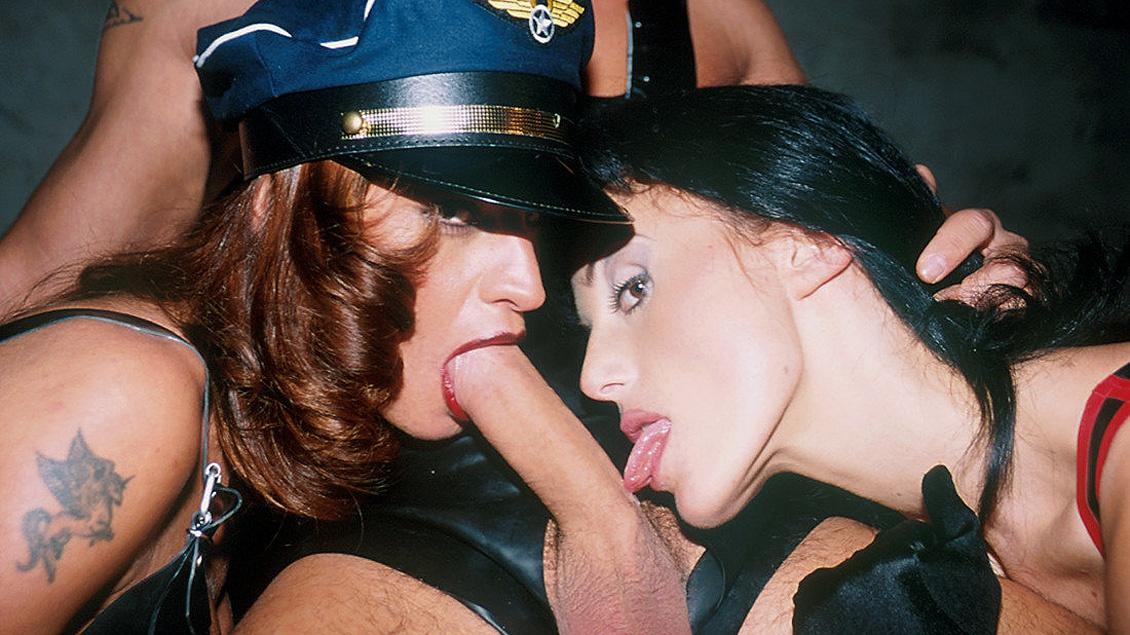 Die beiden Dominas Wanda Curtis und Zita bändigen ihren unterwürfigen Zögling