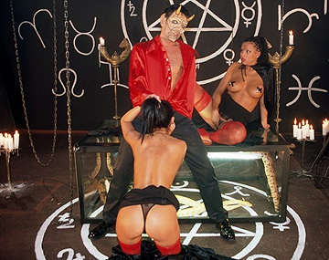 Private  porn video: Black Diamond et Claudia Ferrari se font baiser pendant que les autres se masturbent