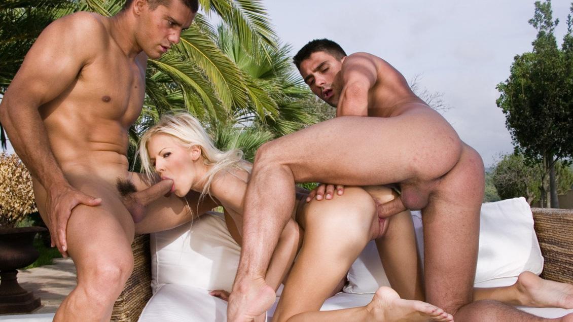 Boroka Balls suce pendant qu'elle se fait baiser par un autre en plein trio