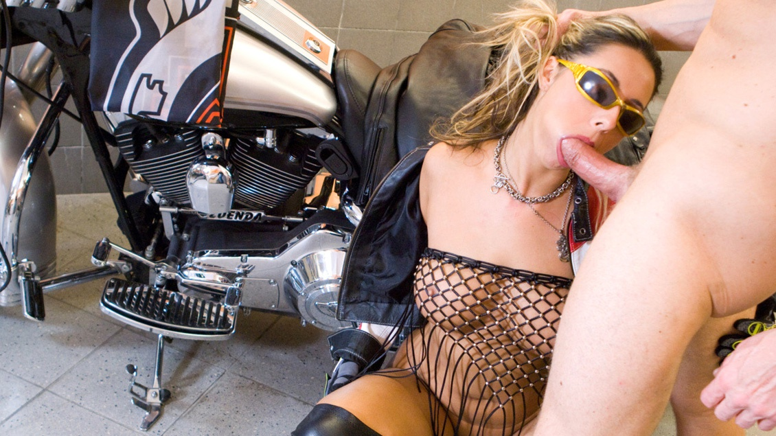 Blonde Daria Glower laat een motorrijder in haar garage blijven en geeft hem een wilde pijpbeurt