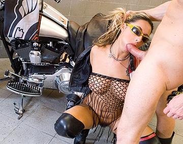 Private HD porn video: La motera Daria Glower calentando polla