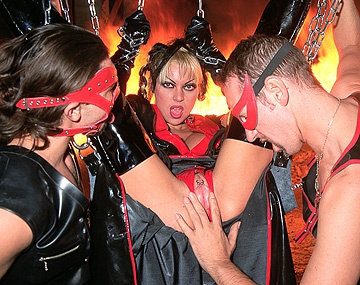 Private  porn video: De in latex geklede C.G Summers, Christina en Monique Covet houden een BDSM fetisj orgie in hell
