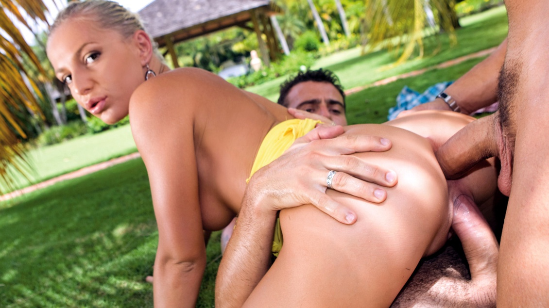 Jennifer Love Is Having a Hell of a Dirty Time on Her Vacation