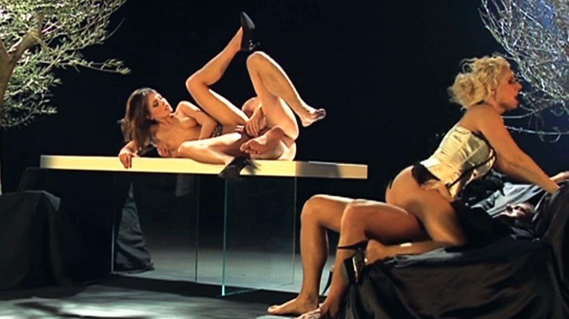 Daria Glower en haar vriendin willen grote palen in hun mond en druipende facials in MMFF kwartet
