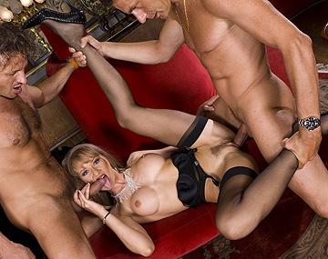 Private  porn video: Bambola en medias negras, interrumpe un rodaje para hacer un DP con dos actores de mal pelaje