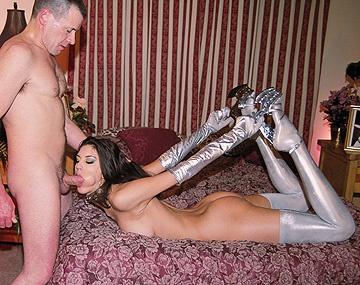 Private  porn video: Estelle masseert haar klit terwijl ze klaarligt voor de piledriver