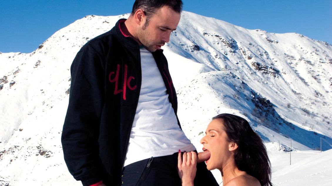 En la montaña nevada Sunny Jay evita la hipotermia metiéndose una verga caliente por la entrepierna