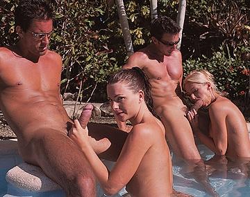 Private  porn video: Jessica Fiorentino en Sue Diamond worden overal gevuld aan de rand van het zwembad