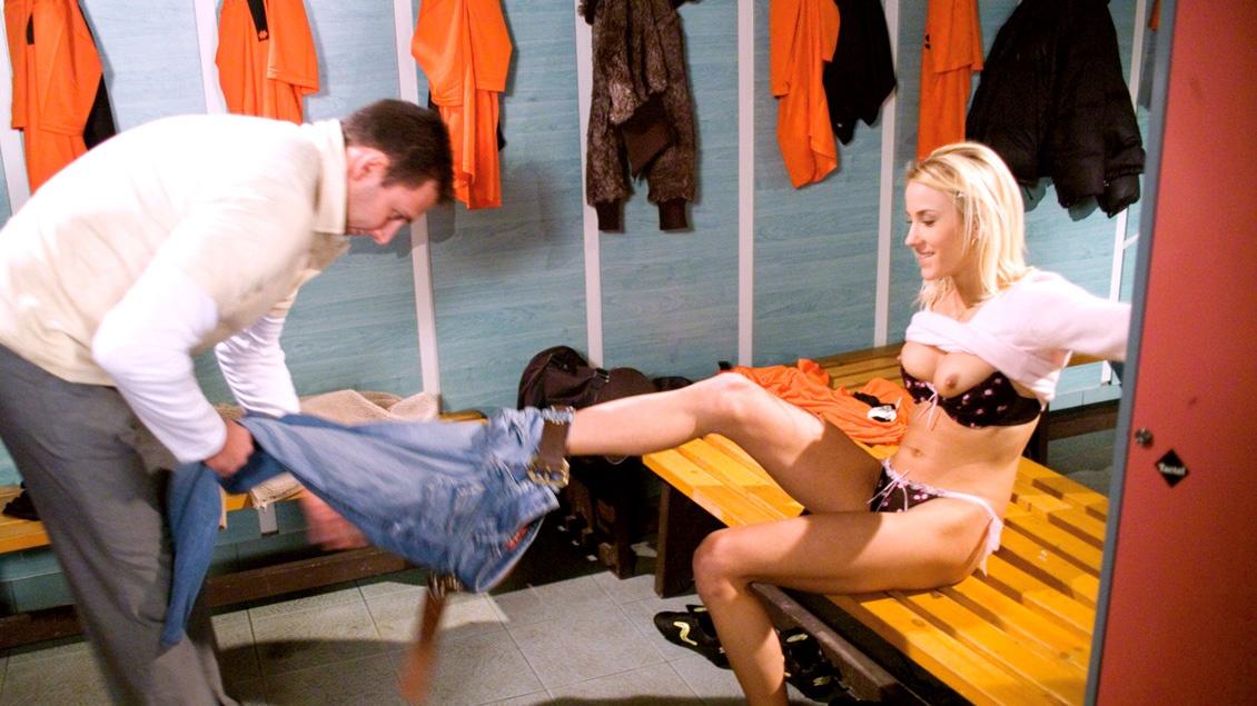 Justine Ashley traine dans les vestiaires, elle a envie de sucer une queue, elle se fera défoncer
