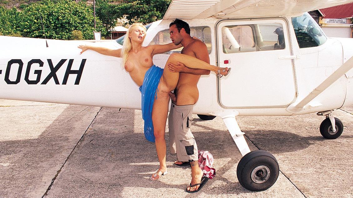 Sandra Russo's poesje wordt geneukt tegen een vliegtuig aanleunend waarna ze anale sex heeft