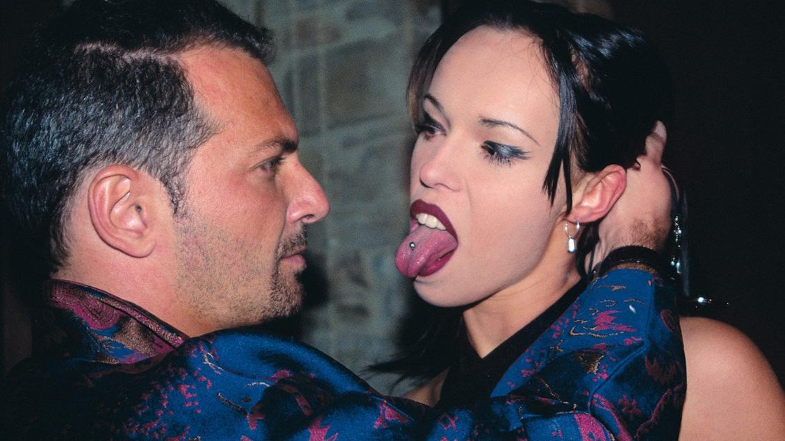 La sexy y dura Sarah O'Neil le encanta chupar una polla que acaba de salir de su culo