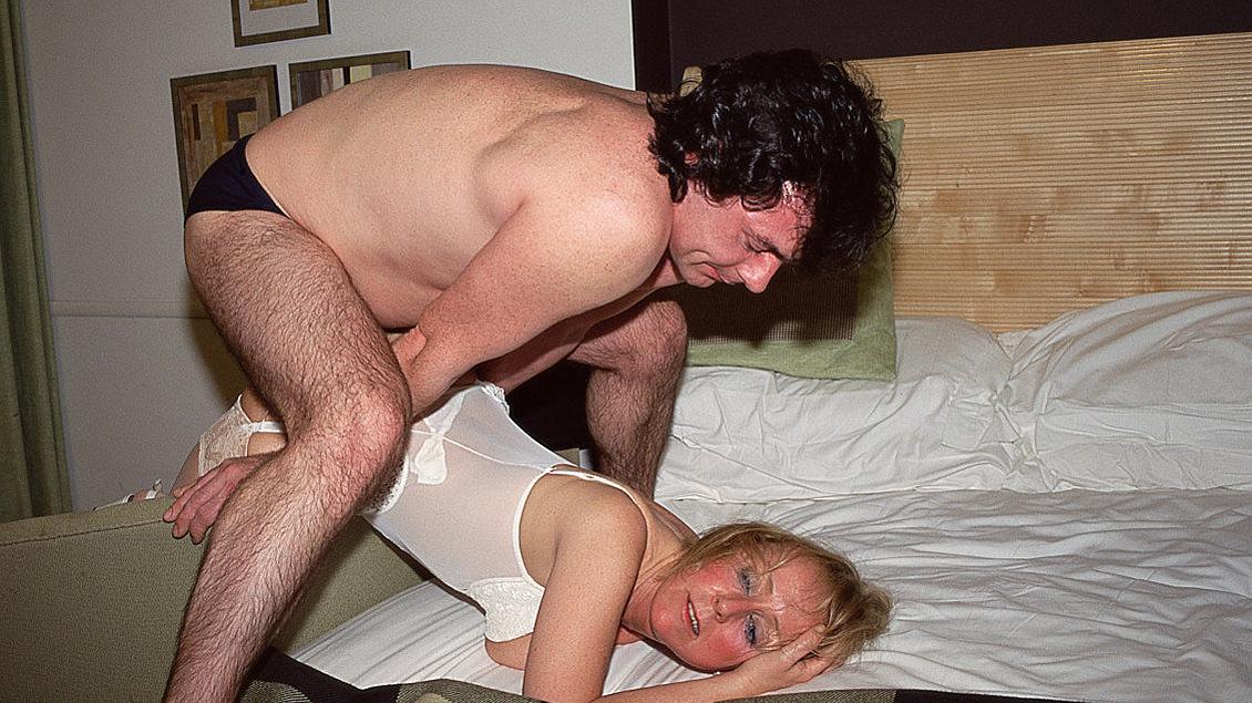 Blonde MILF verpleegster geeft patiënt een massage voordat hij haar geld aanbiedt voor een blowjob