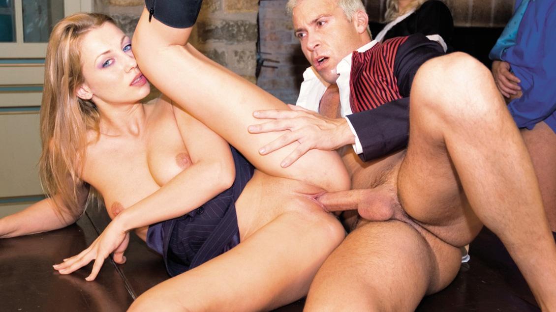 Grace et Claudia travaillent dur et baisent sauvagement avec quelques mecs.