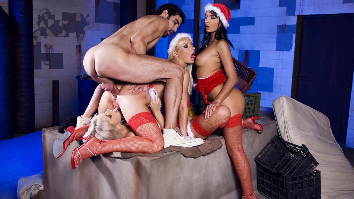 Drie sexy meisjes in kerstkostuum verrassen een paar mannen